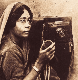 Annapurna Dutta, a Bengali photographer, appeared on the scene in the 1920s.
